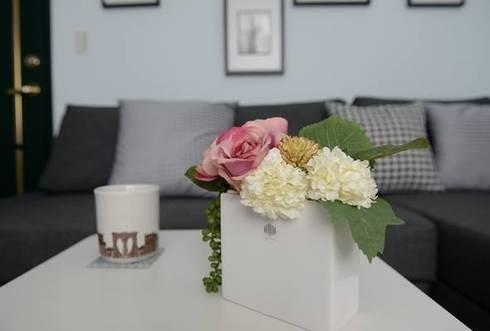 客廳就以淺天空藍來營造空間氣氛。:  客廳 by 大觀創境空間設計事務所