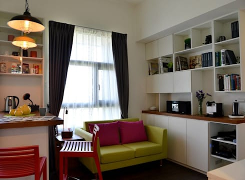 一個充滿都會女性的舒適優雅氛圍,就這樣在整個空間蔓延開來……:  客廳 by 大觀創境空間設計事務所