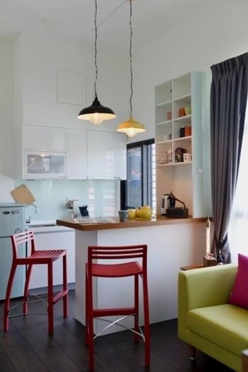 因為是小坪數的套房,設計師為了讓空間更寬敞有更多樣使用的可能,只以吧檯來區隔廚房與客廳。:  廚房 by 大觀創境空間設計事務所