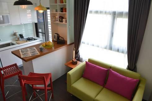 突出的沙發和高腳椅能在這樣的舞台空間盡情揮灑。:  客廳 by 大觀創境空間設計事務所