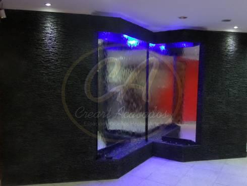 Espejos de agua con marcos piedra sintética Escapatín color negro y pátina plata: Piscinas de estilo moderno por Creart Acabados