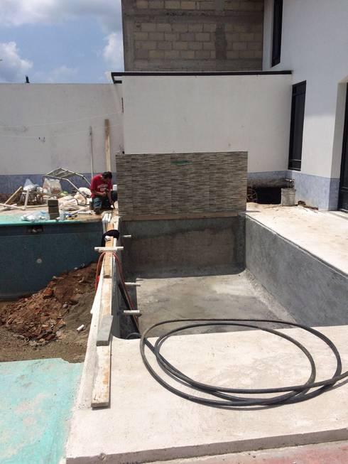 CONSTRUCCIÓN DE ALBERCA EN TENANCINGO : Albercas de estilo moderno por Albercas Aqualim Toluca