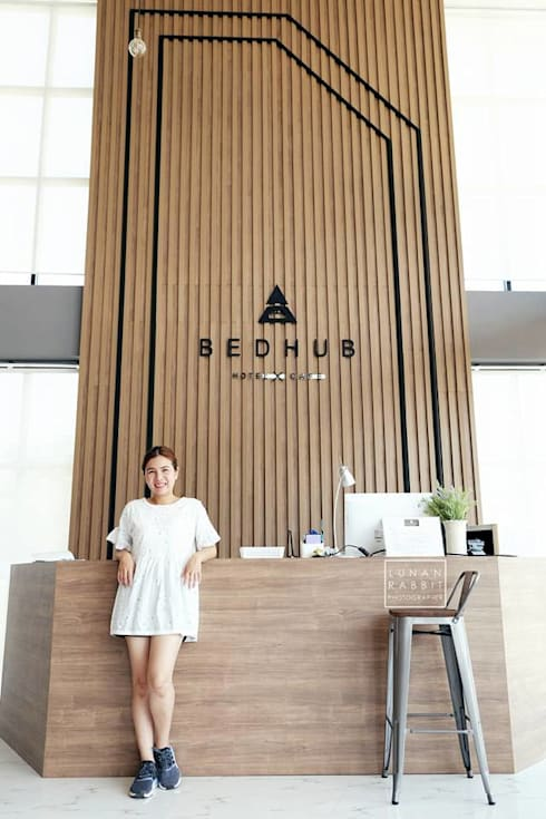 Backdrop and Counter Reception:  ตกแต่งภายใน by INNHOMEDESIGNSTUDIO