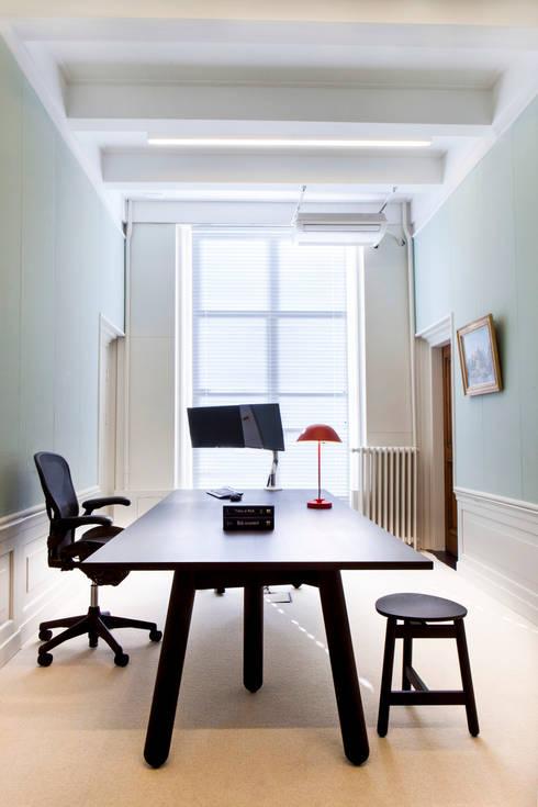 combinatie van moderne meubels met monumentale stijlkamers:  Kantoren & winkels door Binnenvorm
