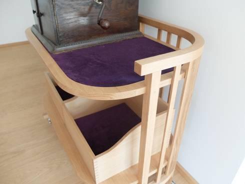 Grammophon Tisch: moderne Wohnzimmer von Möbelwerkstatt Cadot