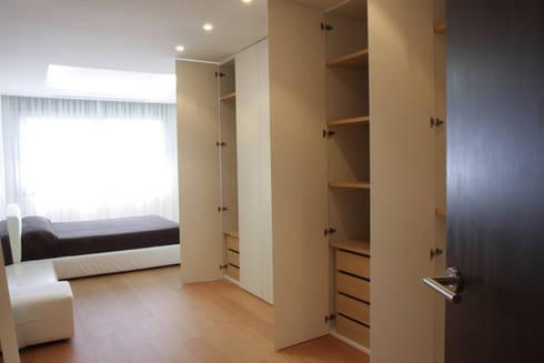 Apartamento ADAM: Vestidores de estilo minimalista de ATYCO