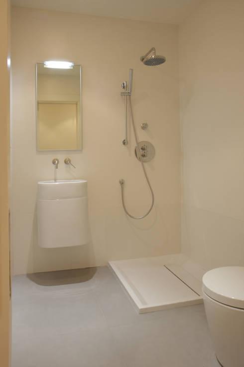 Apartamento ADAM: Baños de estilo minimalista de ATYCO