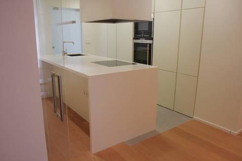Apartamento ADAM: Cocinas de estilo minimalista de ATYCO