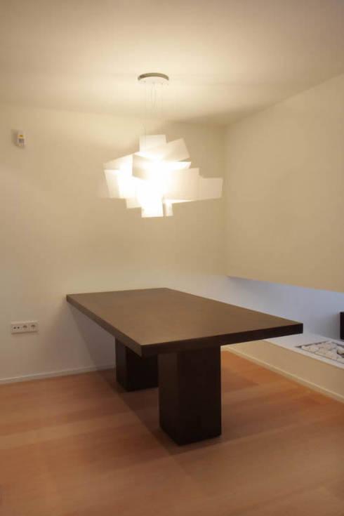 Apartamento ADAM: Comedores de estilo minimalista de ATYCO