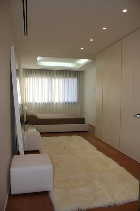 Apartamento ADAM: Dormitorios de estilo minimalista de ATYCO