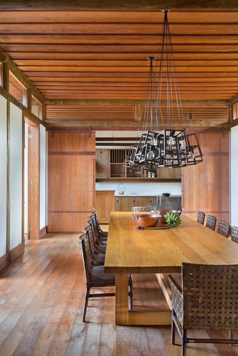 Fazenda Nascente: Salas de jantar campestres por Gisele Taranto Arquitetura