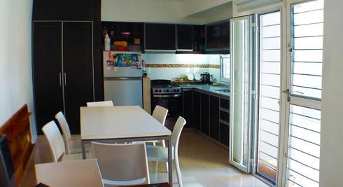 Casa M-1216: Cocinas de estilo moderno por ELVARQUITECTOS