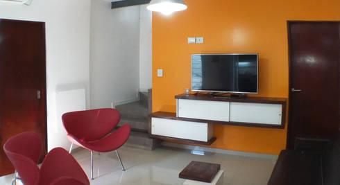 Casa M-1216: Livings de estilo moderno por ELVARQUITECTOS