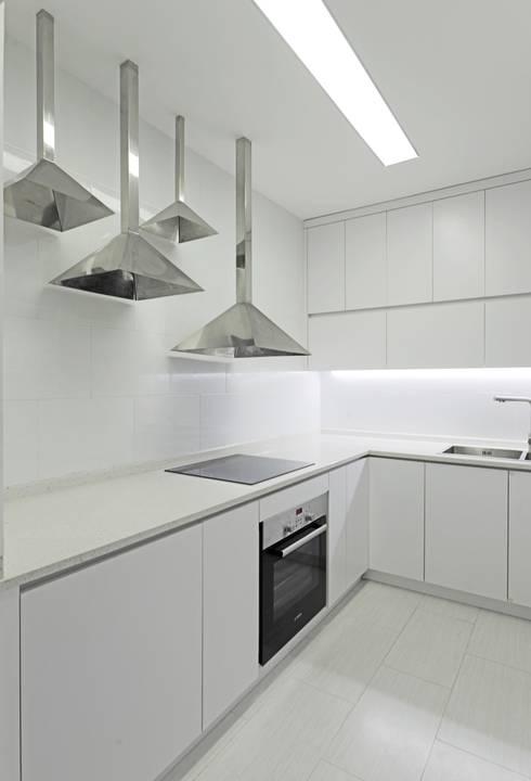 [HAPPY HOUSE 65] CĂN HỘ NHỎ NHƯNG ĐẦY ĐỦ CÔNG NĂNG:  Nhà bếp by Công ty cổ phần NỘI THẤT AVALO