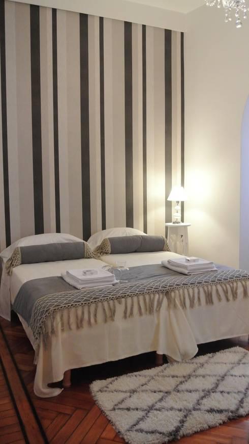 AMBIENTACION Y EQUIPAMIENTO DE UN DEPARTAMENTO PARA ALQUILER TEMPORARIO: Dormitorios de estilo  por Arquitecta MORIELLO