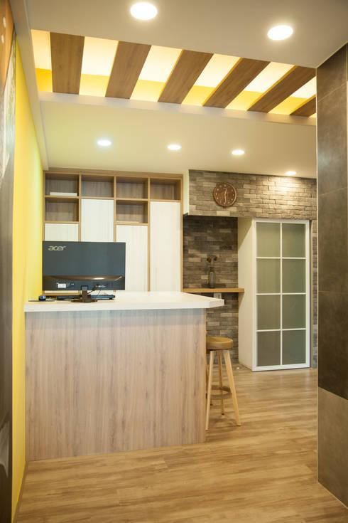 系統傢俱書房設計:  書房/辦公室 by 澄嶧空間設計