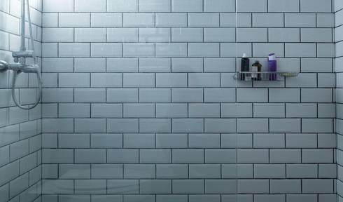 modern Bathroom by RENOarq