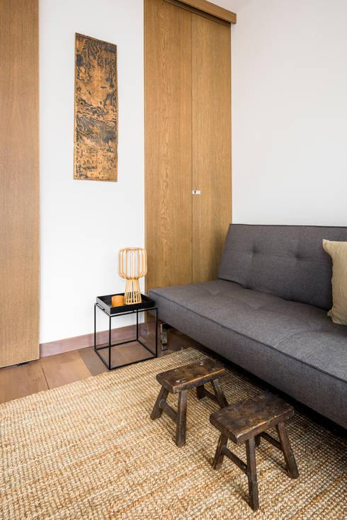 Living Room: modern Living room by Deirdre Renniers Interior Design