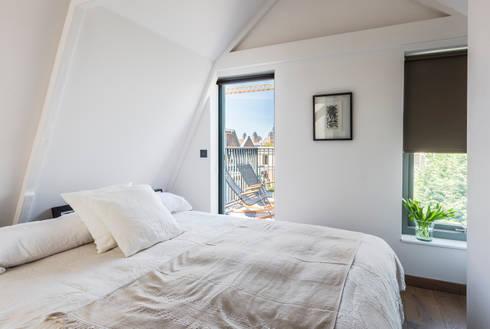 Loft bedroom: modern Bedroom by Deirdre Renniers Interior Design