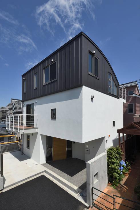 広尾の家 エントランス: 株式会社ラウムアソシエイツ一級建築士事務所が手掛けた家です。
