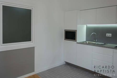 Cozinha (T0 Traseiras - Cinza): Cozinhas modernas por Ricardo Baptista, Arquitecto
