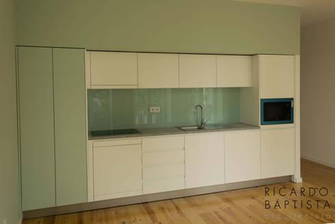 Cozinha (T0 Frente - Verde): Cozinhas modernas por Ricardo Baptista, Arquitecto