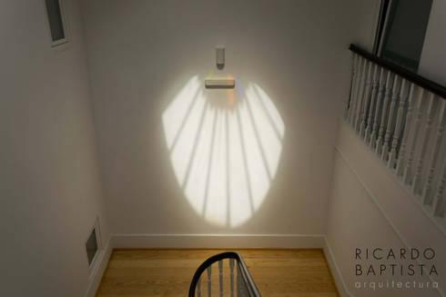 Escadaria interior: Corredores e halls de entrada  por Ricardo Baptista, Arquitecto