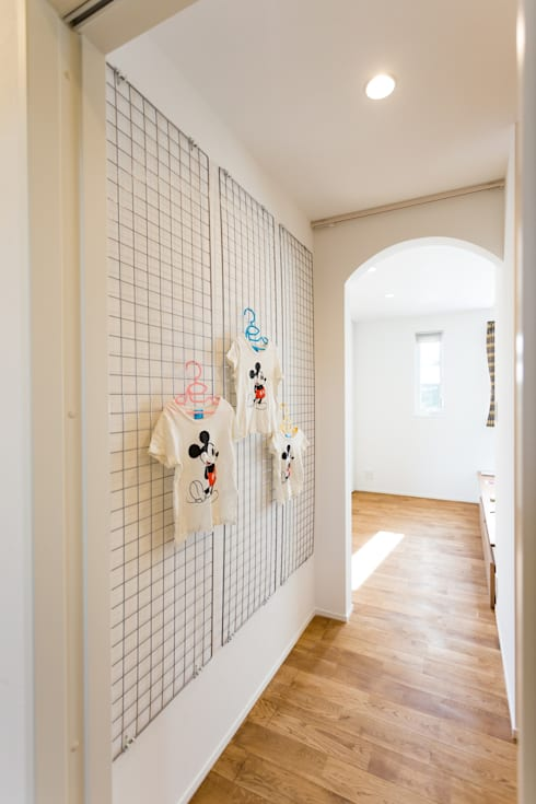 こんな壁面収納いかがでしょうか?: 株式会社プラスアイが手掛けた廊下 & 玄関です。