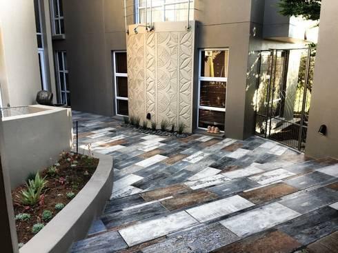Entrnace walkway from driveway:  Corridor & hallway by Acton Gardens