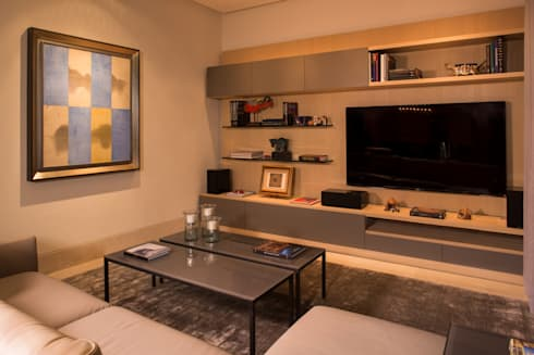 SALA DE TV: Salas multimedia de estilo moderno por Rousseau Arquitectos
