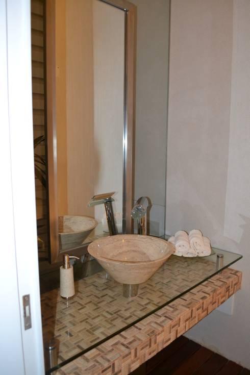 Baños de Visitas: Baños de estilo moderno por DMS Arquitectas
