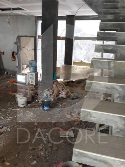 RUMAH TINGGAL BAPAK LIM ROBER:  Ruang Keluarga by DACORE