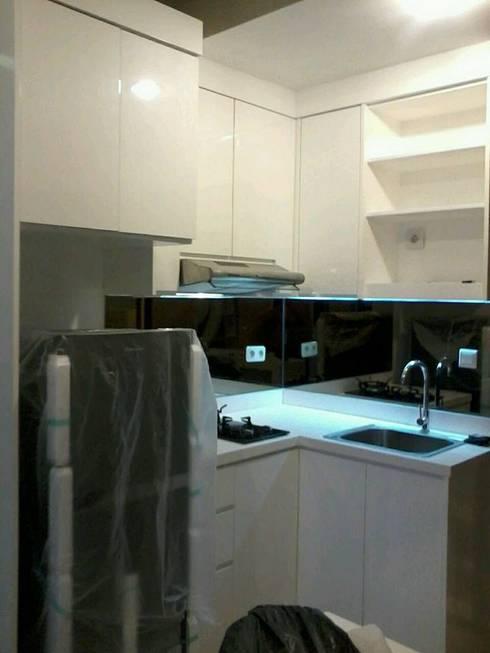 Kitchen Set apartemen capitol Park :  Kitchen by CV TRIDAYA INTERIOR