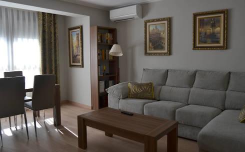 Salon comedor con dobles cortinas en plata y ocre de - Interiorismo salon comedor ...