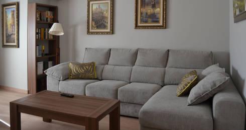 Salon comedor con dobles cortinas en plata y ocre de for Cortinas salon comedor