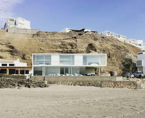 Casa en playa Misterio: Casas de estilo minimalista por ARCHITECTS