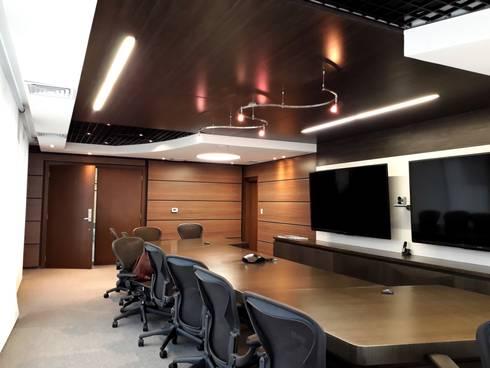 Diseño y construccion / Sala inteligente : Salas multimedia de estilo moderno por Savignano Design