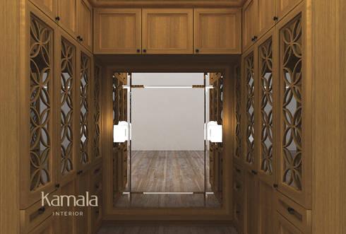 Private Residence @ Karawaci:  Ruang Ganti by Kamala Interior