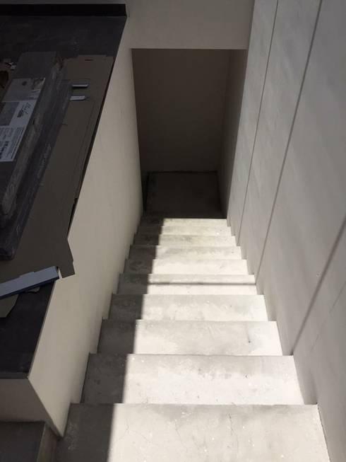 ACABADOS EN ESCALERA: Pasillos y recibidores de estilo  por Arquitectura-Construcciòn Godwin