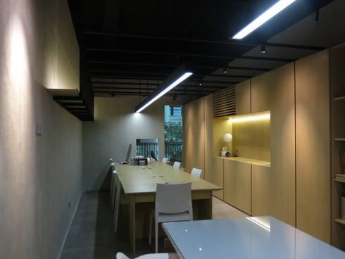 Lighting Design:  Kantor & toko by FerryGunawanDesigns