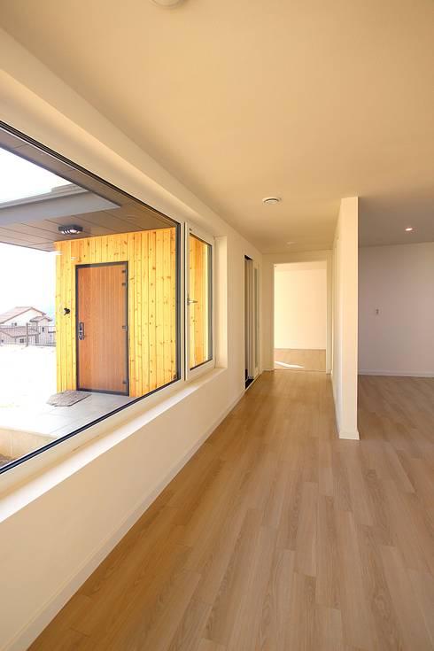 Salas / recibidores de estilo  por 로이하우스