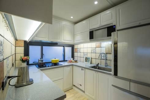 錯層,誕生的喜悅-黃宅:  廚房 by DS&BA Design Inc 伊國設計