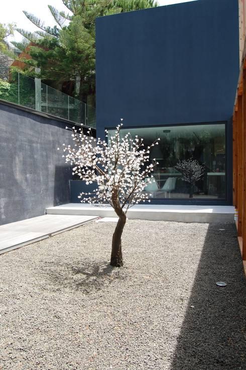 Moradia Unifamiliar: Jardim  por Archiultimate, architecture & interior design
