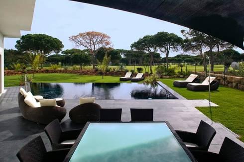 Moradia Unifamiliar: Piscinas modernas por Archiultimate, architecture & interior design