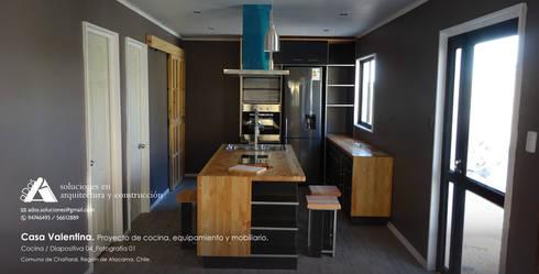 Casa Valentina. Proyecto de Cocina, equipamiento y mobiliario: Cocina de estilo  por Ados