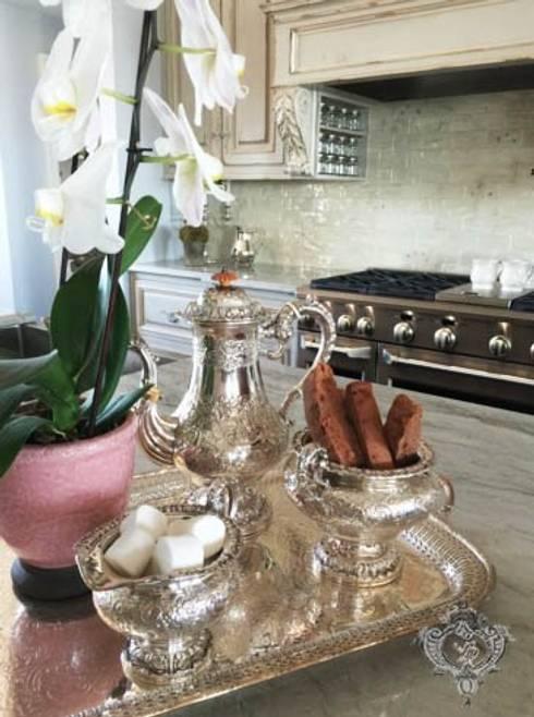 Kitchen Accessories: classic Kitchen by Kellie Burke Interiors