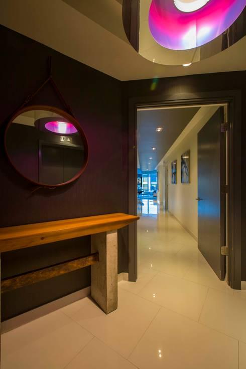 Skyline Flat in Rosslyn:  Corridor & hallway by FORMA Design Inc.