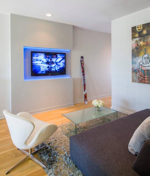Loft in Arlington : modern Media room by FORMA Design Inc.