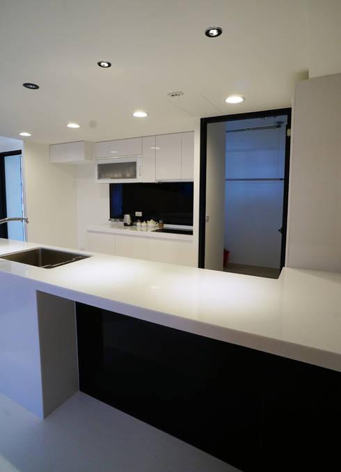 全室案例-新北市王宅:  廚房 by ISQ 質の木系統家具