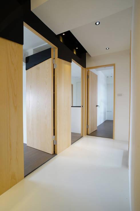 全室案例-新北市王宅:  走廊 & 玄關 by ISQ 質の木系統家具